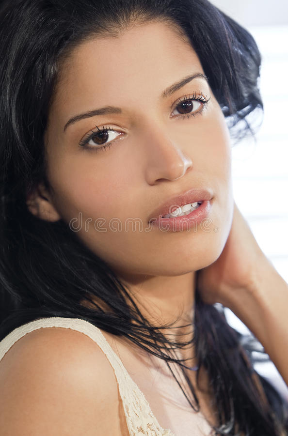 Beau jeune femme hispanique latin images stock