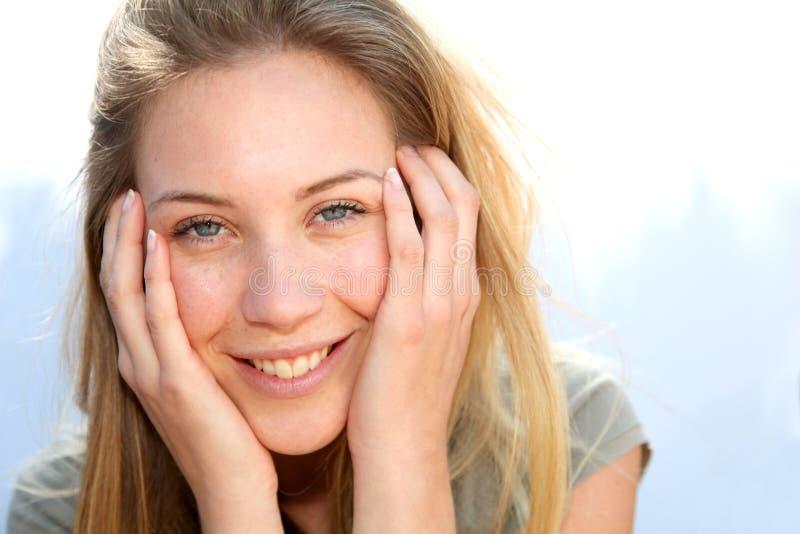 Beau jeune femme souriant à l'extérieur photo stock