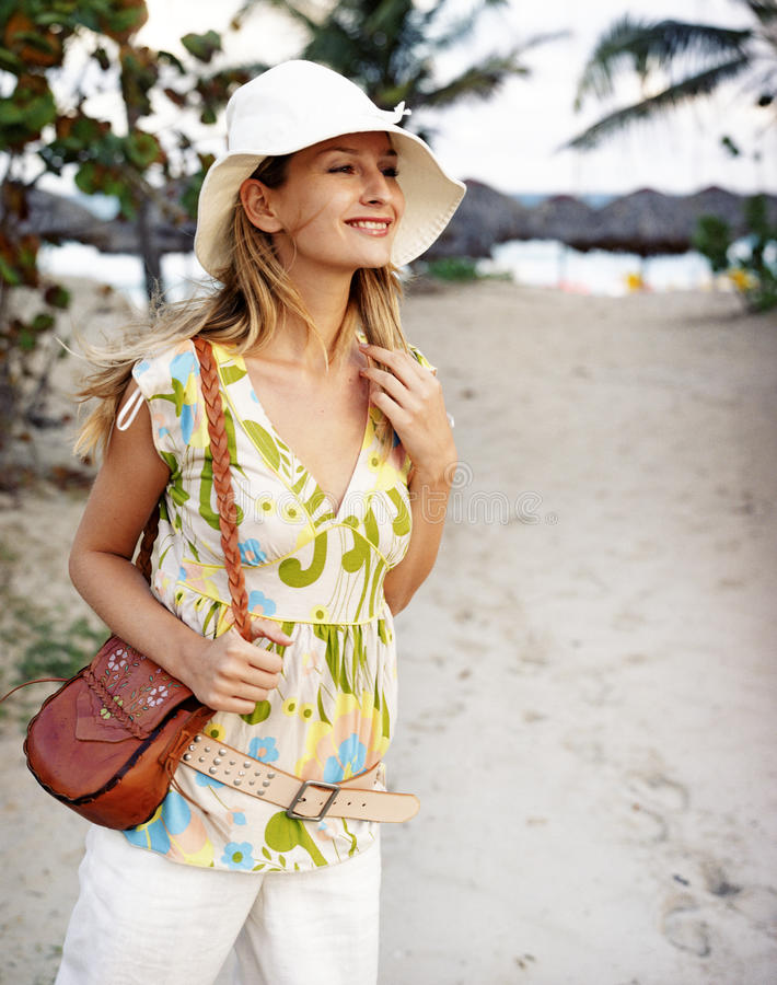 Beau jeune femme sur la plage photos stock