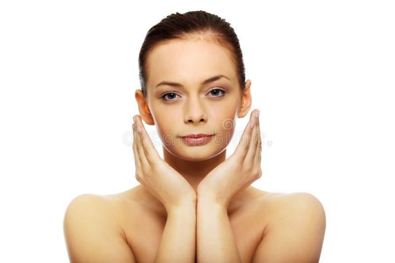 Beau jeune femme touchant son visage images stock