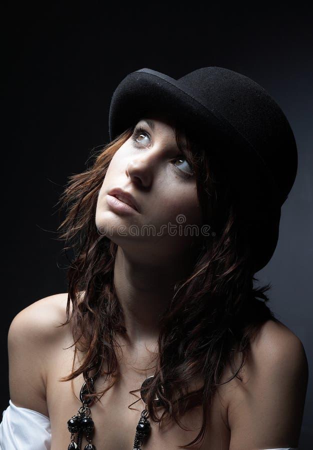 Beau jeune femme utilisant le chapeau noir photos stock