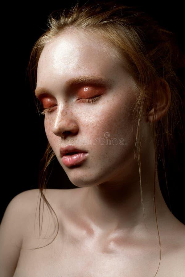 Beau jeune modèle avec le fard à paupières brillant et la peau humide Tendances de maquillage d'été photo libre de droits