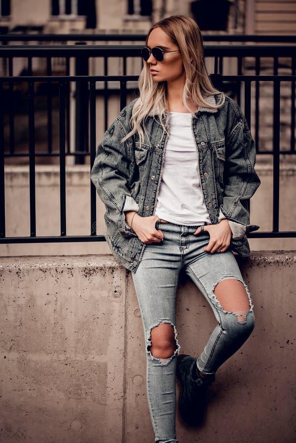 Beau jeune modèle blond en posant dehors images stock