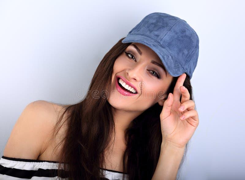 Beau jeune modèle de sourire de maquillage avec les cheveux bruns posant et photo libre de droits