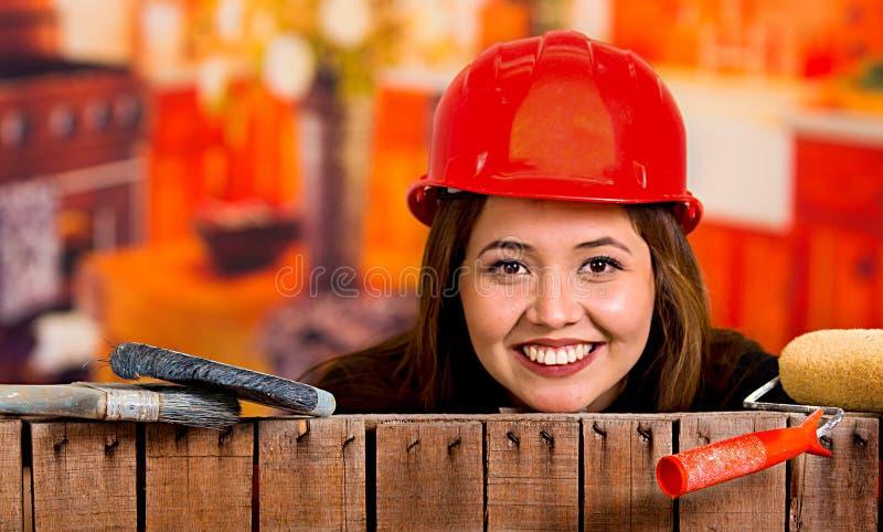 Beau jeune peintre féminin avec une brosse photos libres de droits