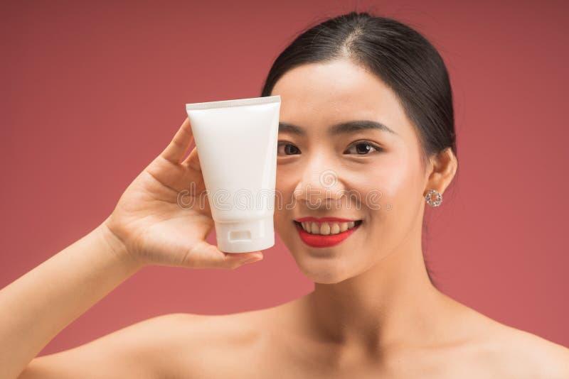 Beau jeune portrait asiatique de visage de femme, d'isolement sur le fond rose photos libres de droits