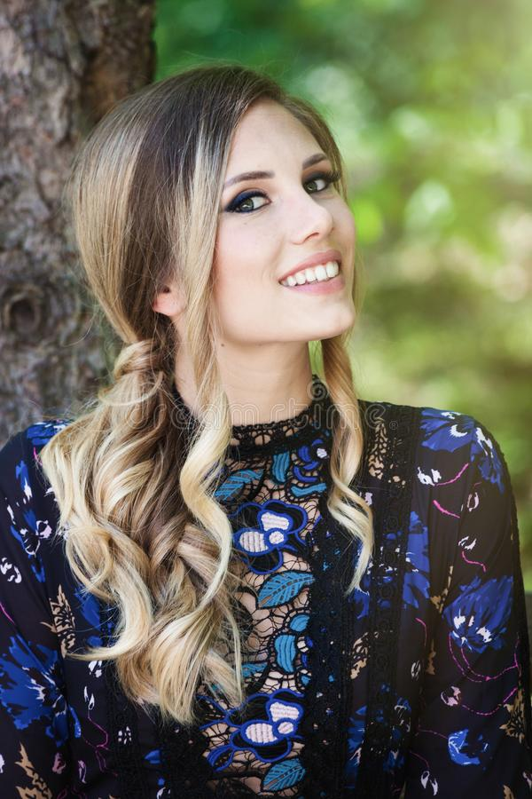 Beau jeune portrait blond de sourire de femme extérieur photos stock