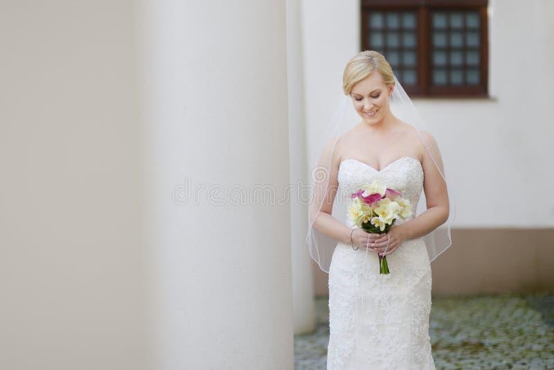 Beau jeune portrait de jeune mariée photographie stock