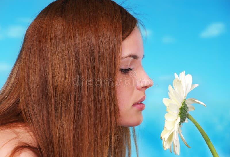 Beau jeune sentir femelle image libre de droits