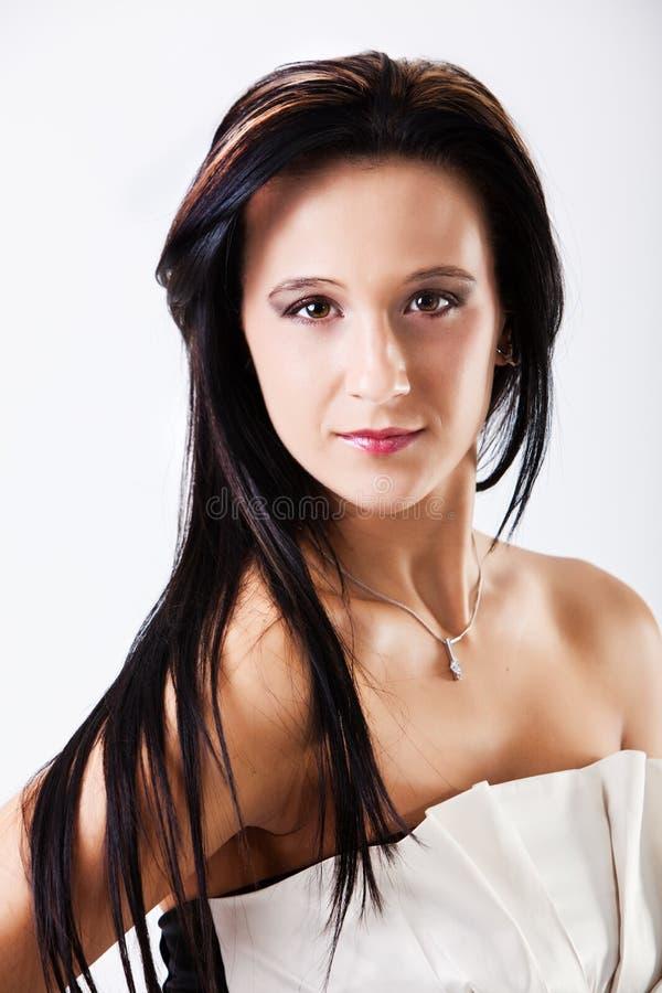 Beau jeune sourire de brunette image stock