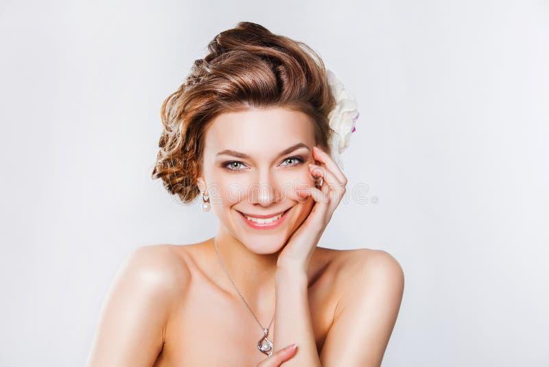 Beau jeune sourire de jeune mariée images libres de droits
