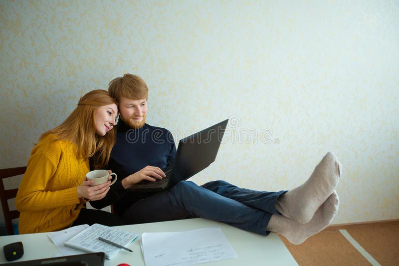 Beau jeune type de couples avec une fille avec les cheveux rouges photos stock