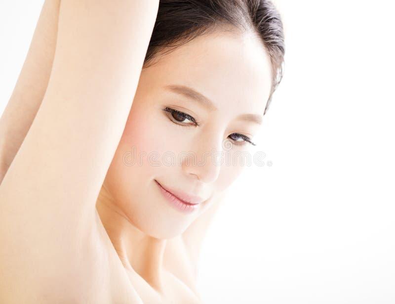 Beau jeune visage de sourire de femme de plan rapproché photo stock