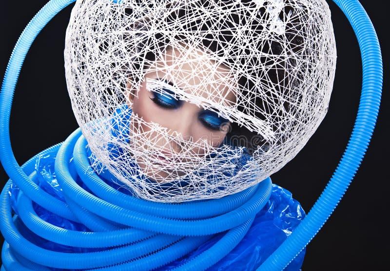 Beau jeune visage femelle futuriste avec le maquillage bleu de mode. image libre de droits