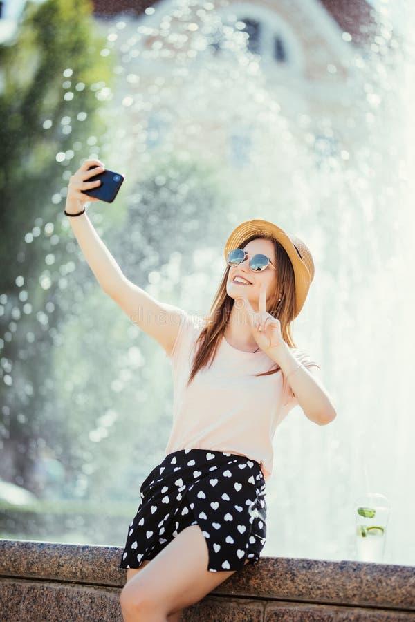 Beau joli mojito de boissons de jeune femme faisant le selfie dans la rue de ville d'été images libres de droits