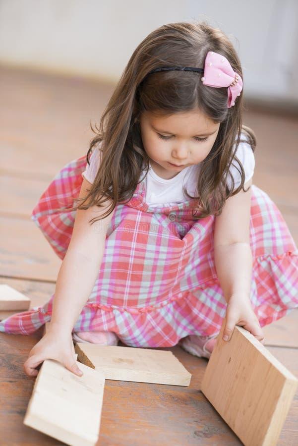 Beau jouer de petite fille extérieur images libres de droits