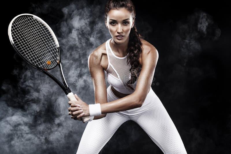 Beau joueur de tennis de femme de sport avec la raquette dans le costume blanc de vêtements de sport images stock