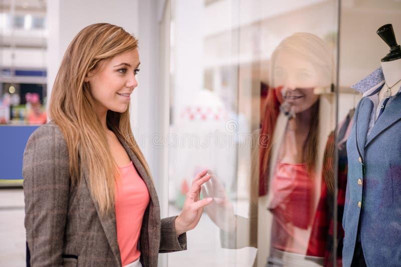 Beau lèche-vitrines de femme image stock