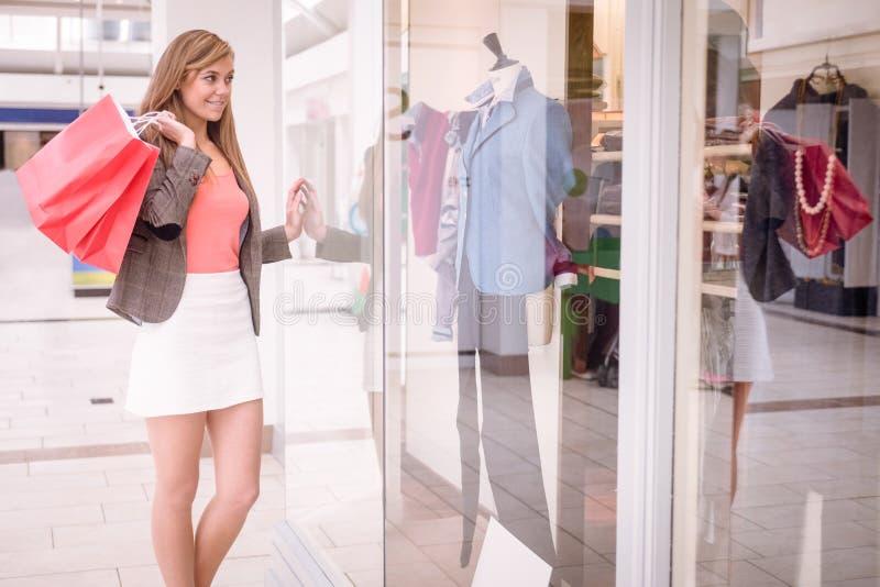Beau lèche-vitrines de femme photo stock