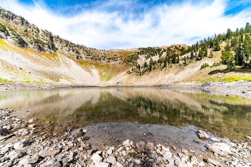 Beau lac alpin avec l'eau calme et la réflexion de la crête de montagne au Wyoming photographie stock libre de droits
