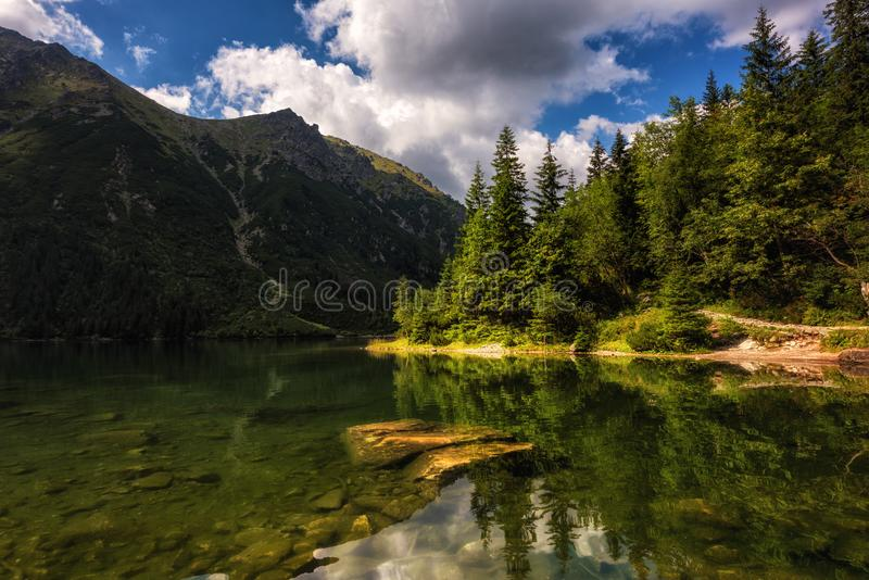 Beau lac alpin dans les montagnes, paysage d'été, Morske Oko, montagnes de Tatra, Pologne images stock