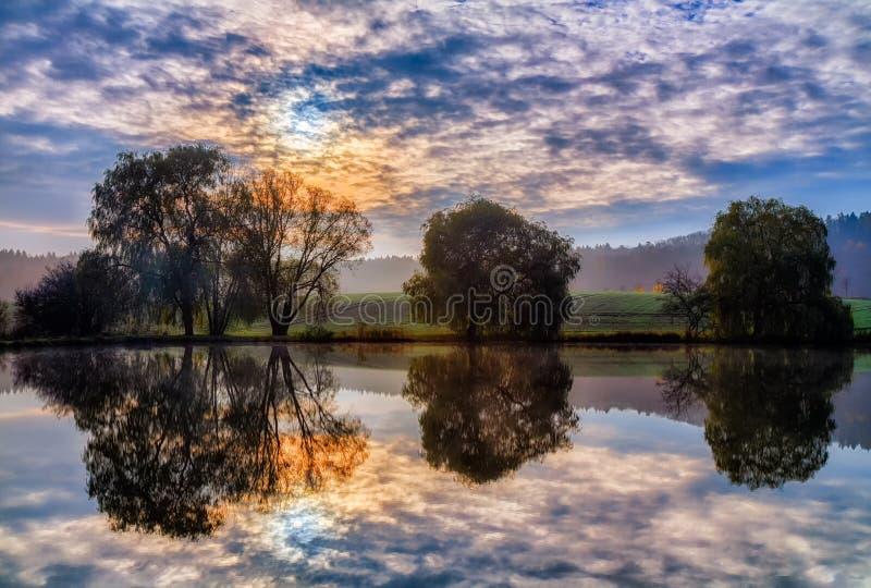 Beau lac avec des réflexions en novembre photos stock