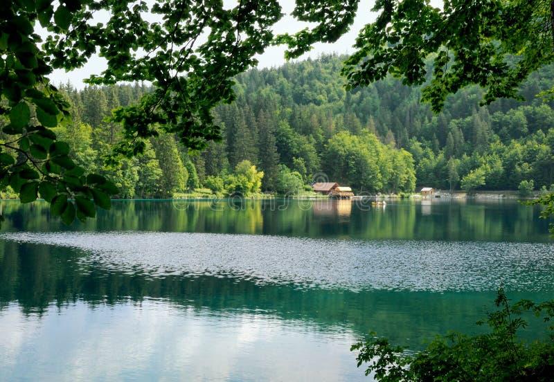 Beau lac avec une couleur profonde de turquoise images stock