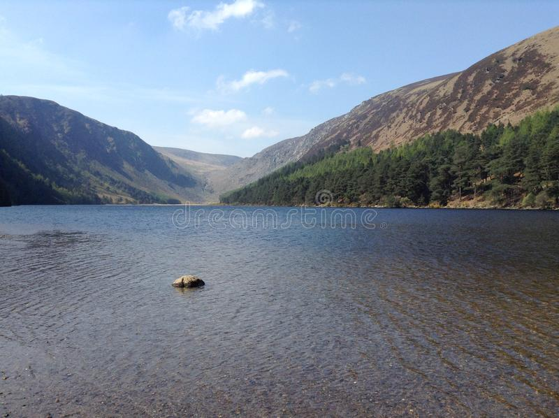 Beau lac bleu dans une vallée image stock