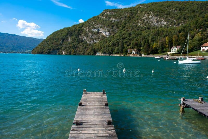 Beau lac d'Annecy dans les alpes françaises photo libre de droits