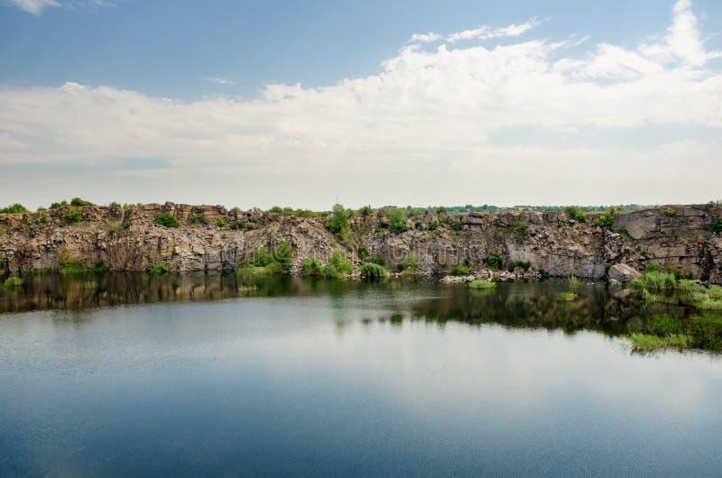 Beau lac dans la carrière abandonnée de granit photos libres de droits