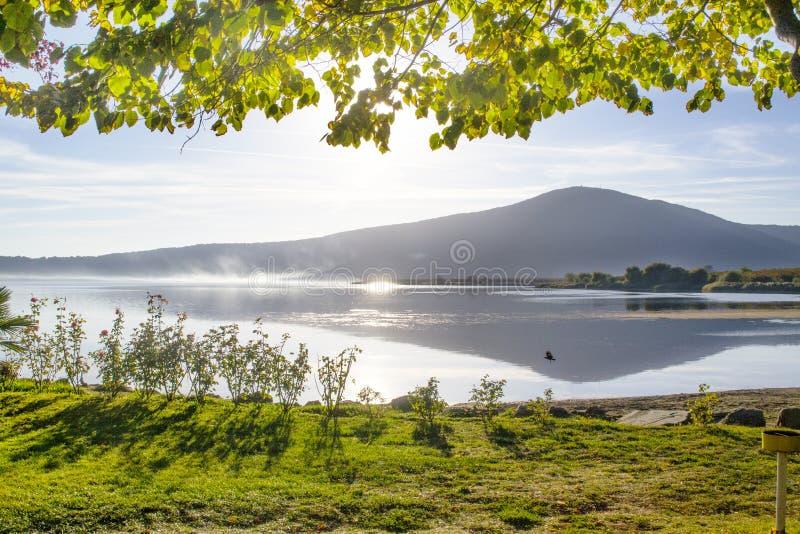 Beau lac de détente photo stock