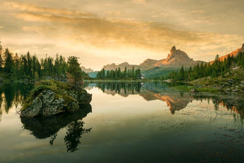 Beau lac de montagne dans les dolomites photos stock