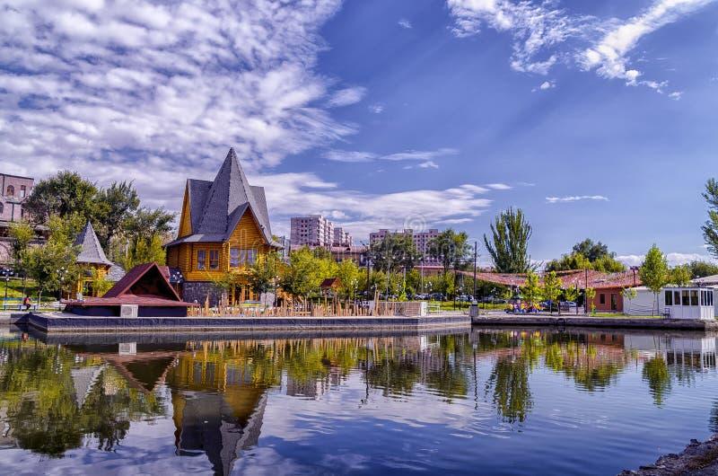 Beau lac en parc en Arménie, Erevan photographie stock