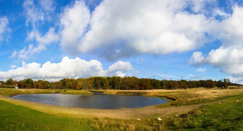 Beau lac en parc de Dyrehave photos stock
