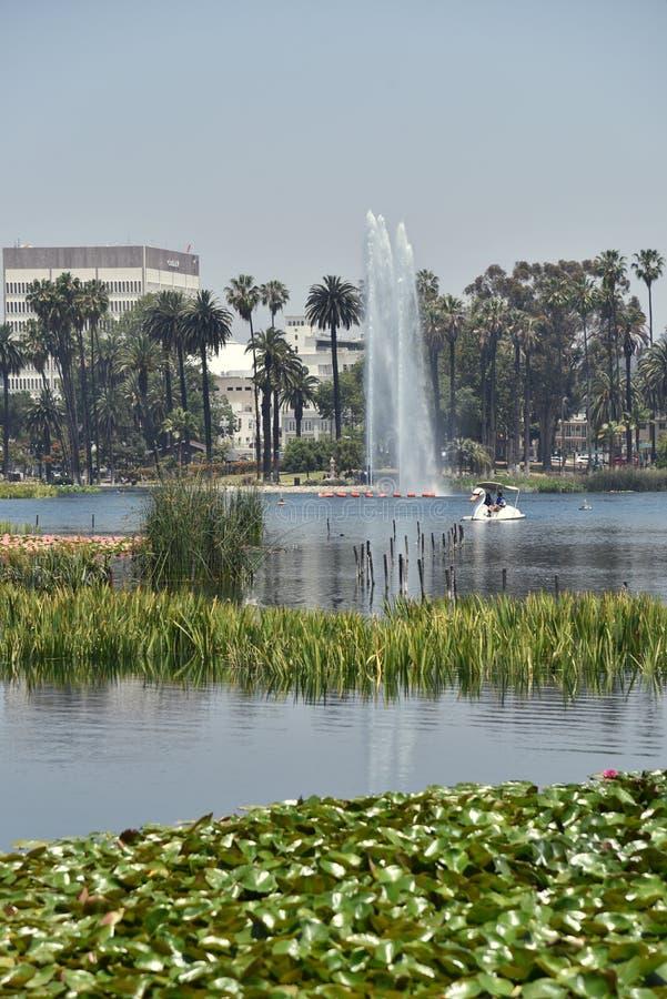 Beau lac en parc de ville photo stock