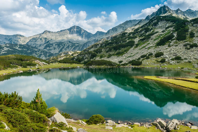Beau lac et Mountain View en Bulgarie photo stock