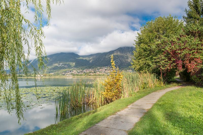 Beau lac italien Lac Annone et piste cyclable piétonne photographie stock libre de droits