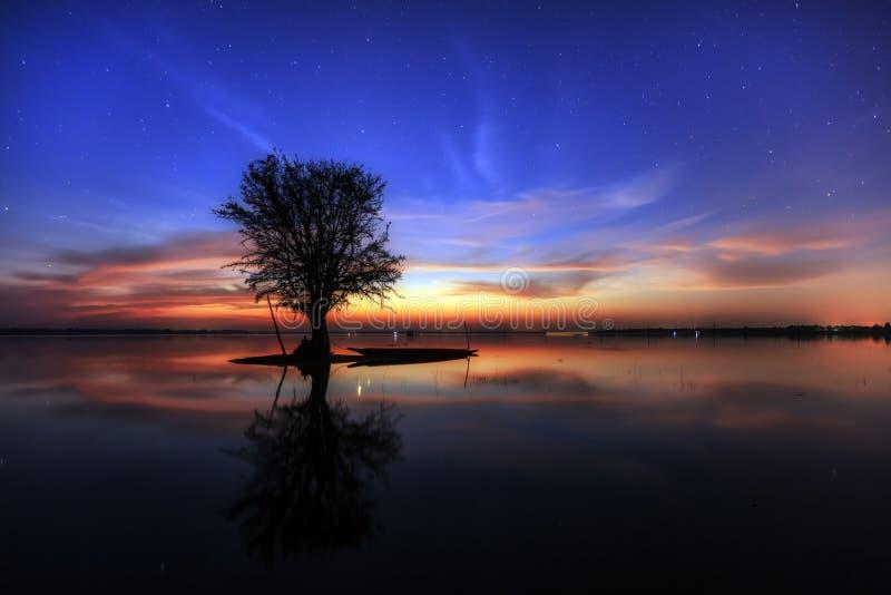 Beau lac le soir image libre de droits