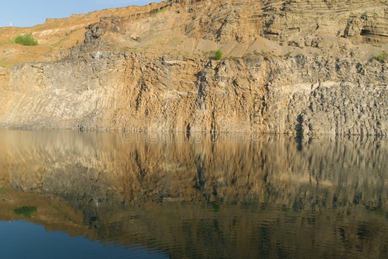 Beau lac vert entre les roches photographie stock libre de droits