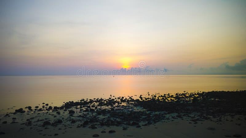 Beau lever de soleil à l'île d'Atauro photos libres de droits