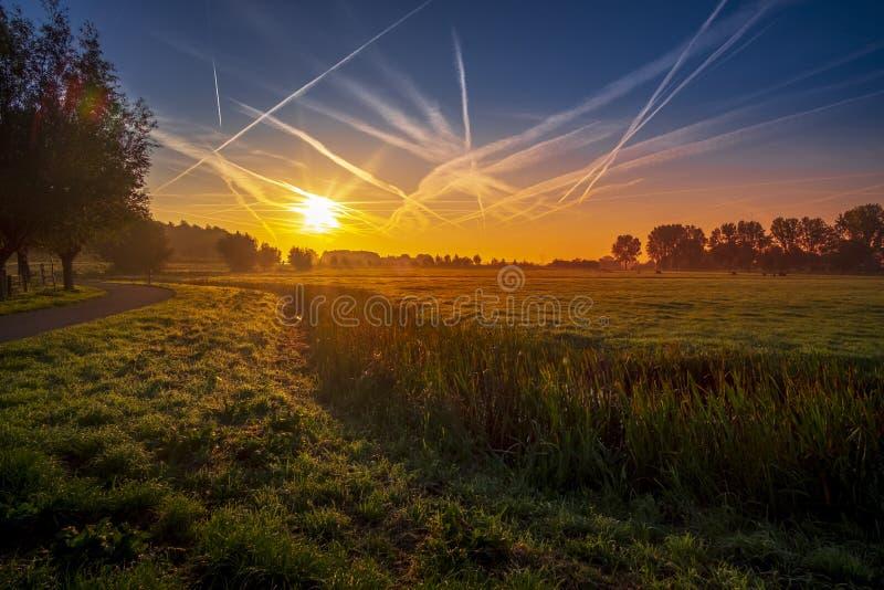Beau lever de soleil à la campagne aux Pays-Bas image stock