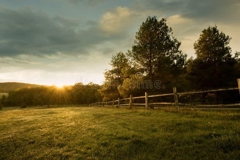 Beau lever de soleil à la ferme images stock