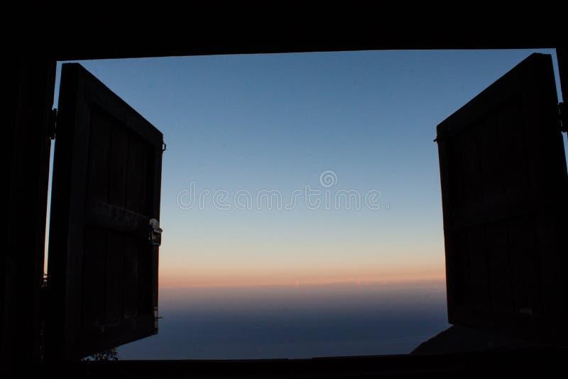 Beau lever de soleil étonnant et différent vu ma fenêtre au restaurant Venezuela de Galipan image stock