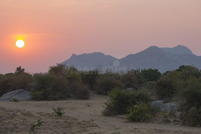 Beau lever de soleil au-dessus de désert de Bera, Inde photographie stock libre de droits