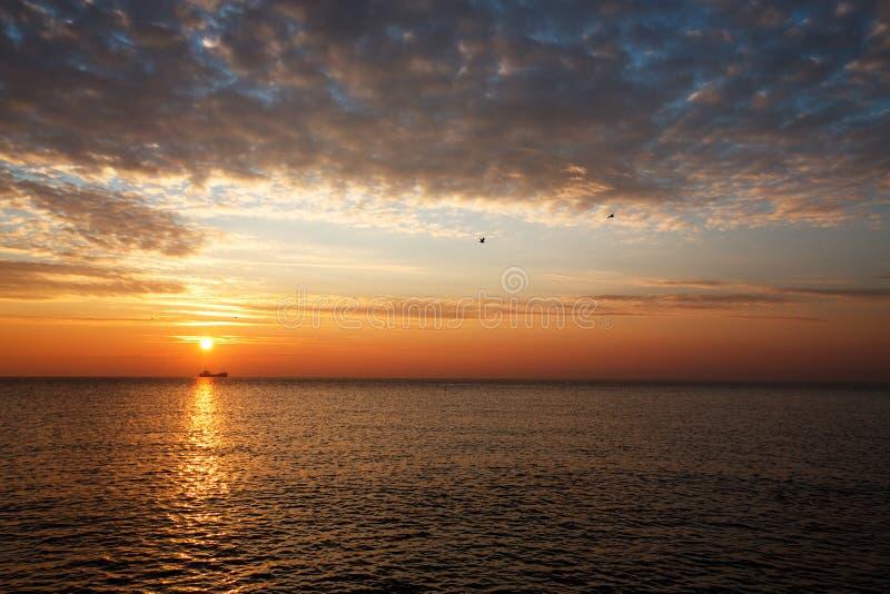 Beau Lever De Soleil Au-dessus De L Horizon Image stock