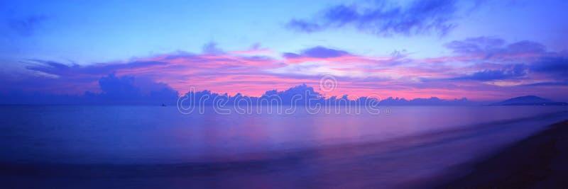 Beau lever de soleil au-dessus de la mer photos libres de droits