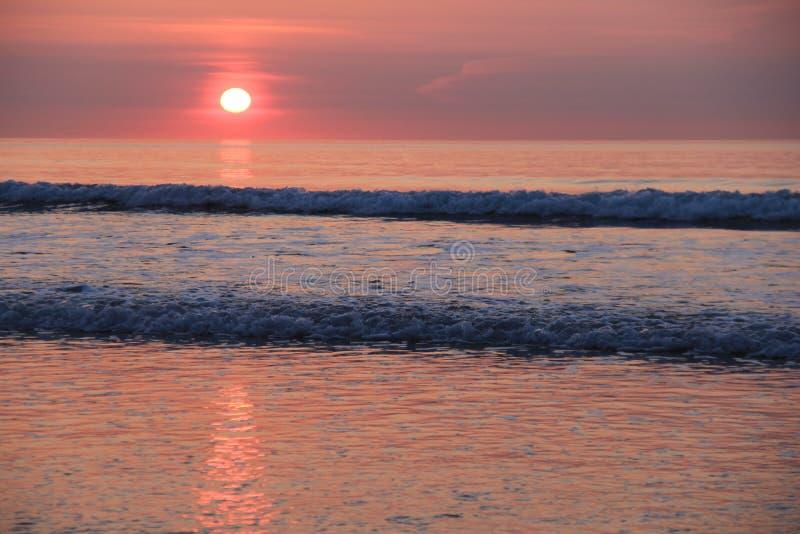 Beau lever de soleil au-dessus de l'eau photo stock