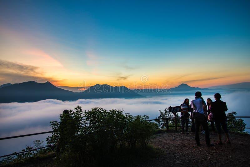 Beau lever de soleil avec le brouillard photo stock