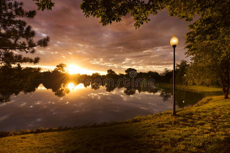 Beau lever de soleil avec les nuages dramatiques en petite ville Amérique rurale photos stock