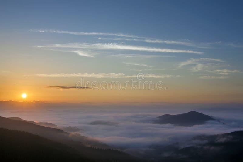 Beau lever de soleil brumeux de paysage en montagnes carpathiennes, Ukrai image stock